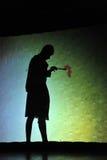 Ljubljana, Slowenien (Europa) 21. November 2012 Schattentheater: Mann, der einen Hahn zeichnet Stockfotos
