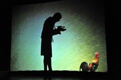 Ljubljana, Slowenien (Europa) 21. November 2012 Schattentheater: Mann, der einen Hahn zeichnet Lizenzfreie Stockbilder