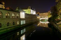 Ljubljanica flod i Ljubljana på natten Fotografering för Bildbyråer