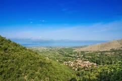 Ljubojno con il lago Prespa, Macedonia immagine stock libera da diritti