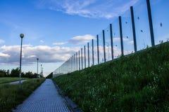Ljud-absorberande glass skärm längs vägen i centret Svartkonturer av fåglar på exponeringsglaset Bakgrund Royaltyfri Fotografi