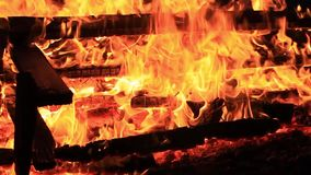 ljud N?rbildvideo av en brinnande picknicktabell med ?kande styrka vid en kropp av vatten