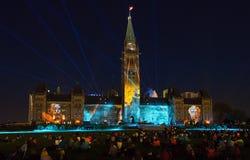 Ljudet och ljus visar på parlamentkullen i ottawa Arkivbilder