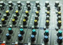 Ljudkontroll av DJ Royaltyfri Bild