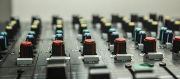 Ljudkontroll av DJ Arkivfoto