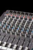 Ljudsignal blandande konsol med glidare och knoppar på kanalerna Fotografering för Bildbyråer