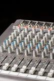 Ljudsignal blandande konsol med glidare och knoppar på kanalerna Arkivfoton