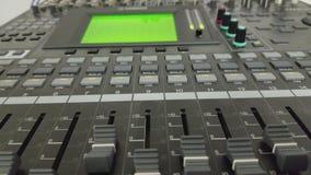 Ljudsignal blandare för television och knoppar stock video
