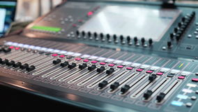 Ljudsignal blandare i en studio, automatiskt flytta sig för knoppar Soundboard knoppar arkivfilmer