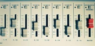 Ljudsignal blandare i studio royaltyfria foton