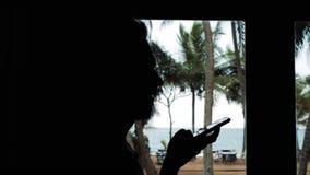 Ljudsignal erkännande för meddelandeai-stämma på handsfree anförande för smartphone ung härlig lycklig kvinna med mobiltelefonen  lager videofilmer