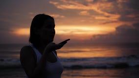 Ljudsignal erkännande för meddelandeai-stämma på handsfree anförande för smartphone Ung härlig lycklig kvinna för solnedgångkontu stock video