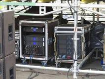 Ljudsignal etappförstärkare, högtalare och equi för gammal kraftig konsert Royaltyfria Bilder