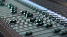 Ljudsignal konsol och knopp för inspelningstudior Den solida direktören antecknar hallåman stock video