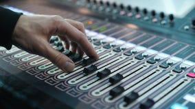Ljudsignal konsol och knopp för inspelningstudior Den solida producenten antecknar en musiker lager videofilmer