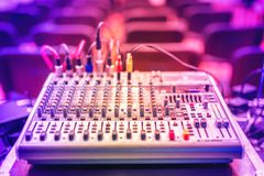 Ljudsignal musikblandare och ljudutjämnare, dj-utrustning och nattklubbtillbehör på partiet i modern stad Royaltyfri Bild