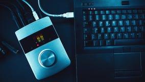 Ljudsignal omformare och bärbar dator Royaltyfri Fotografi