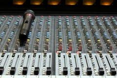 Ljudsignal solid blandare med mikrofonen Royaltyfri Fotografi