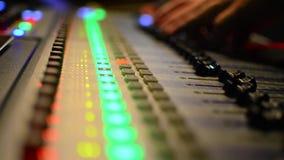 Ljudsignal tekniker Working på blandareequilizer