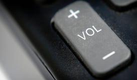 Ljudsignal volymknapp på en plast- fjärrkontroll royaltyfri foto