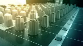 Ljudsignala blandare- och förstärkareknoppar i solid inspelning för studio hyr rum arkivfoton