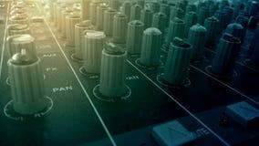 Ljudsignala blandare- och förstärkareknoppar i solid inspelning för studio hyr rum arkivfoto