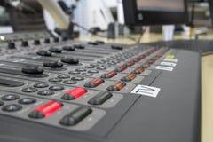 Ljudsignala blandareknoppar under levande TVTV-utsändning Royaltyfria Bilder