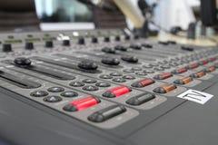 Ljudsignala blandareknoppar under levande TVTV-utsändning Arkivbilder