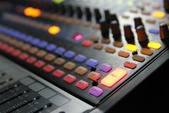 Ljudsignala blandareknoppar under levande TVTV-utsändning Royaltyfria Foton