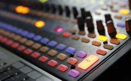 Ljudsignala blandareknoppar under levande TVTV-utsändning Arkivfoton