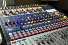 Ljudsignala blandareknoppar under levande TVTV-utsändning Royaltyfri Fotografi
