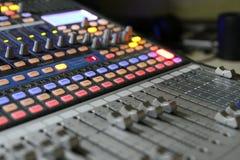 Ljudsignala blandareknoppar under levande TVTV-utsändning Arkivbild