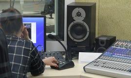 Ljudsignala blandareknoppar under levande TVTV-utsändning Royaltyfri Foto