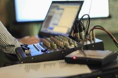 Ljudsignalförstärkare som justerar ljudet Fotografering för Bildbyråer