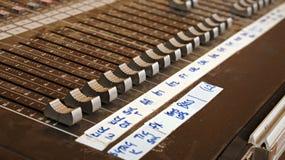 Ljudsignalt blandande skrivbord för ljudkanaler för en levande musikbandkonsert på en festival royaltyfri foto