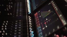 Ljudsignalt blandningskrivbord på en konsert Man som arbetar på yrkesmässig digital ljudsignal kanalblandare i studio Spela för m arkivfilmer