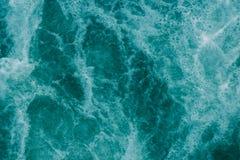 Ljus abstrakt ljus turkosbakgrund, vatten med vitfoa Arkivfoton