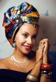 Ljus afrikansk kvinna för skönhet med idérikt smink arkivbild