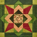 Ljus apelsin-gräsplan geometriskt patchworkkvarter från stycken av tyger, detalj av täcket Fotografering för Bildbyråer