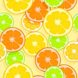 Ljus aptitretande sömlös tropisk bakgrund Apelsiner, citroner, limefrukter och grapefrukter Skivor av tropiska frukter på ett lju vektor illustrationer