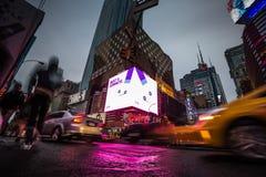 Ljus av advertizingen på gator av Manhattan på aftontid Royaltyfri Foto