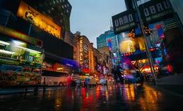 Ljus av advertizingen på gator av Manhattan på aftontid Arkivfoton