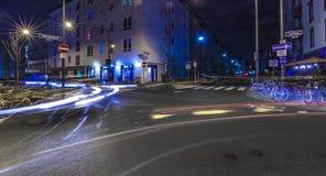 Ljus av bilar i Frankfurt på en korsning vid natt Fotografering för Bildbyråer
