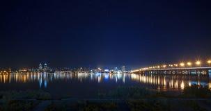 Ljus av den högra banken av Dnepropetrovsk i natten Arkivfoton