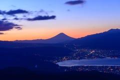 Ljus av den Suwa staden och Mt Mount Fuji på gryning Royaltyfria Bilder