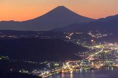 Ljus av den Suwa staden och Mt Mount Fuji på gryning Royaltyfri Bild