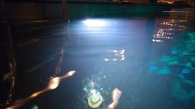 Ljus av en lykta i pölen lager videofilmer