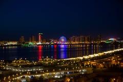 Ljus av en nattstad med reflexioner Arkivfoto