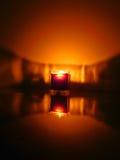 Ljus av en stearinljus Arkivfoto