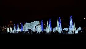 Ljus av gator som dekoreras för jul i stad arkivbild
